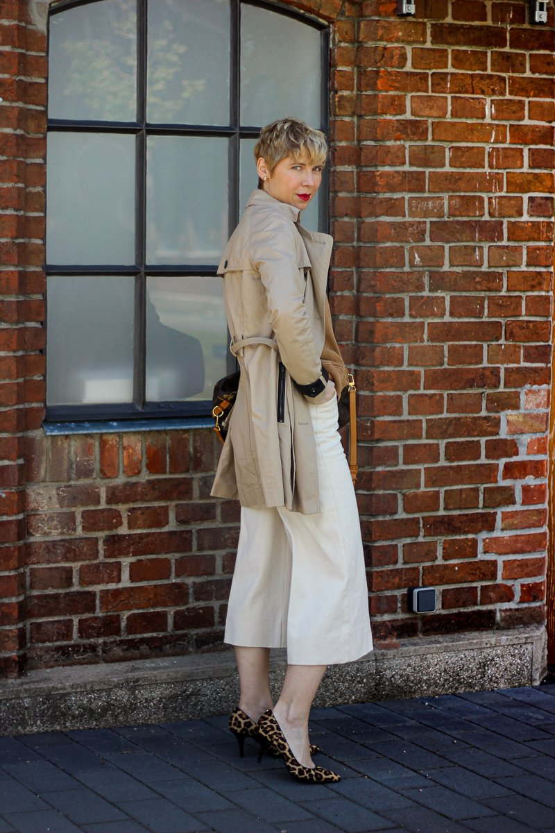 conny doll lifestyle: scheiß Corona-Krise, Aber das Styling sitzt, Cognac, Sweater, Culotte, Trenchcoat
