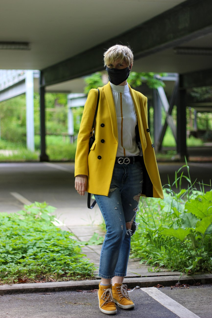 conny doll lifestyle: casual, destroyed Denim, Blazer, gelb, gute Laune, Gesichtsmaske