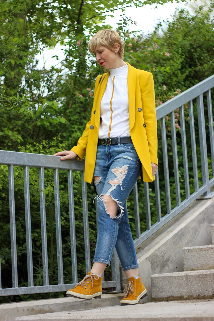 conny doll lifestyle: casual, destroyed Denim, Blazer, gelb, gute Laune