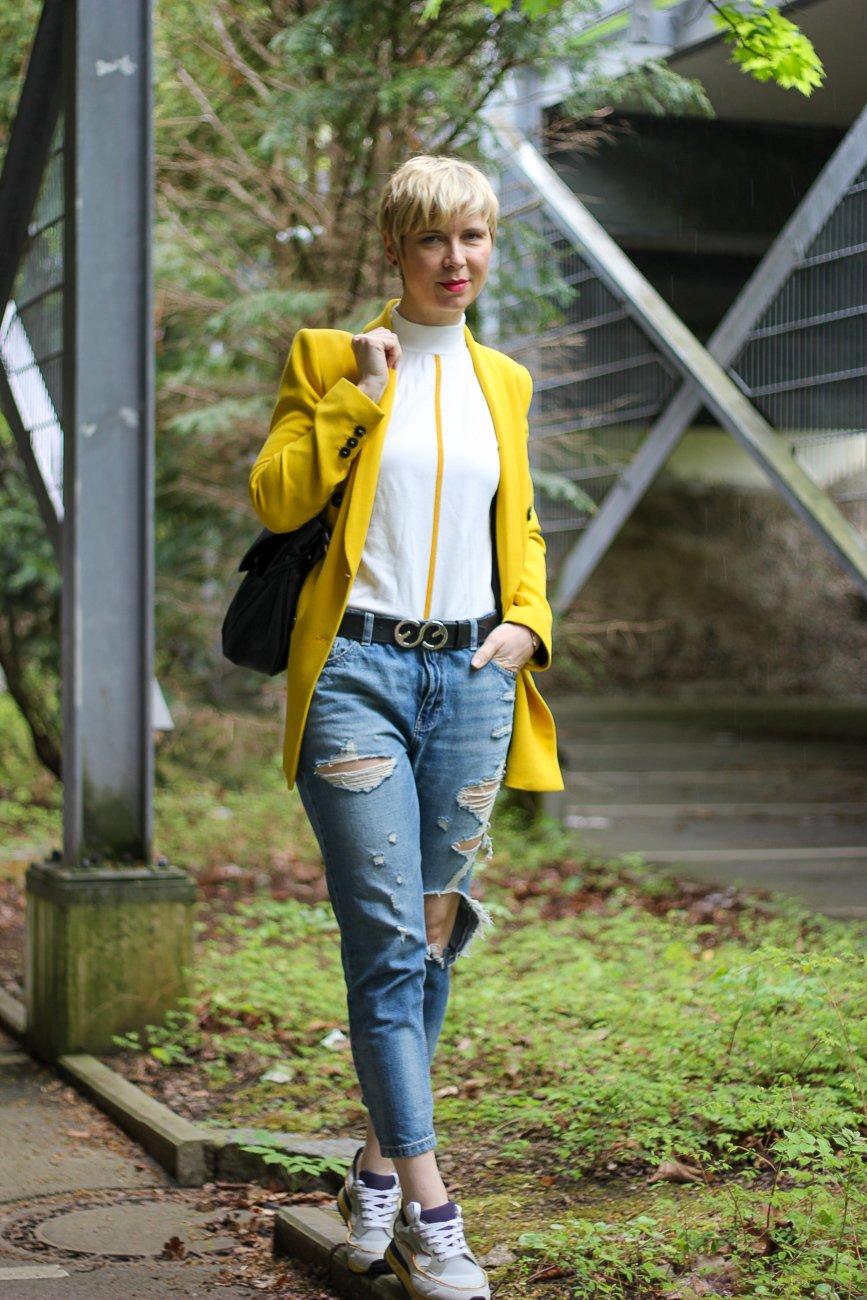 conny doll lifestyle: Beitrag über Corona-Frisur, gelber Blazer casual Look