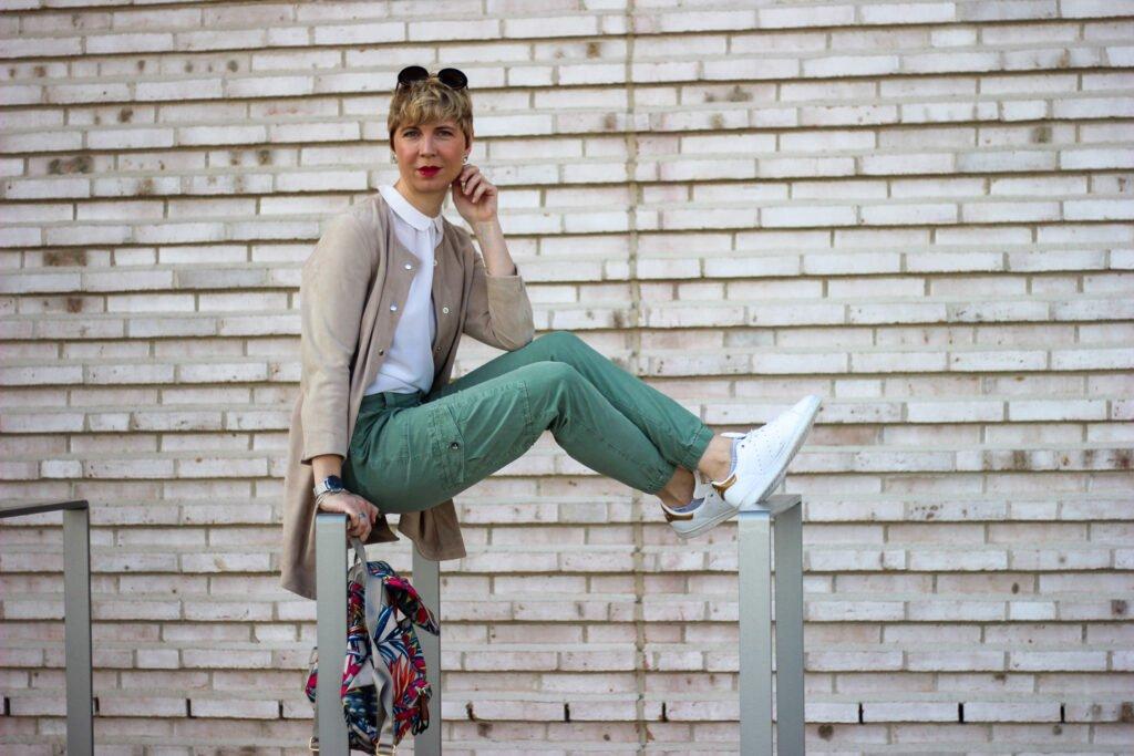 conny doll lifestyle: conny doll lifestyle: leichte cargohose, lieblingstück, bubikragen, sommerlook, sneaker, casual styling, blogs und kommentare