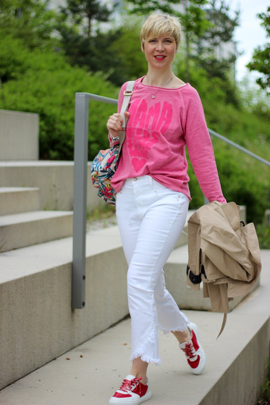 conny doll lifestyle: Muttertagssweater, weiße Hose, Gewinnspiel auf Instagram, Lieblingsstück