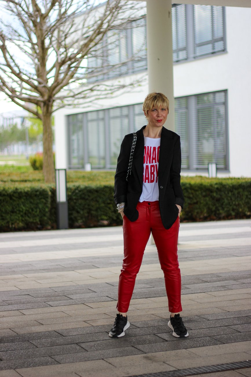conny doll lifestyle: rote Lederhose, Monaco Baby, Shirt, casual Styling
