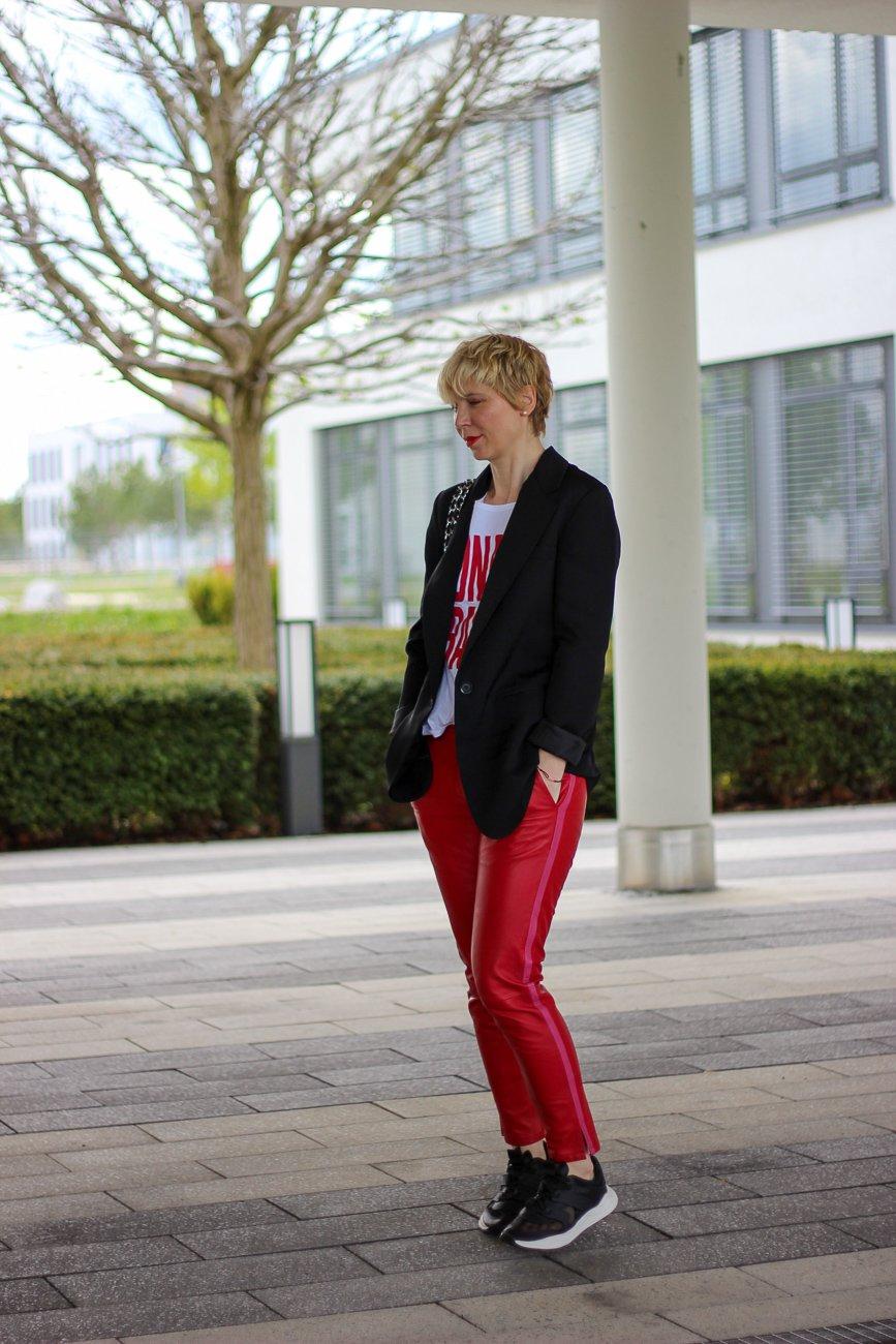 conny doll lifestyle: schwarzer longblazer, rote Lederhose, Monaco Baby, Shirt, casual Styling