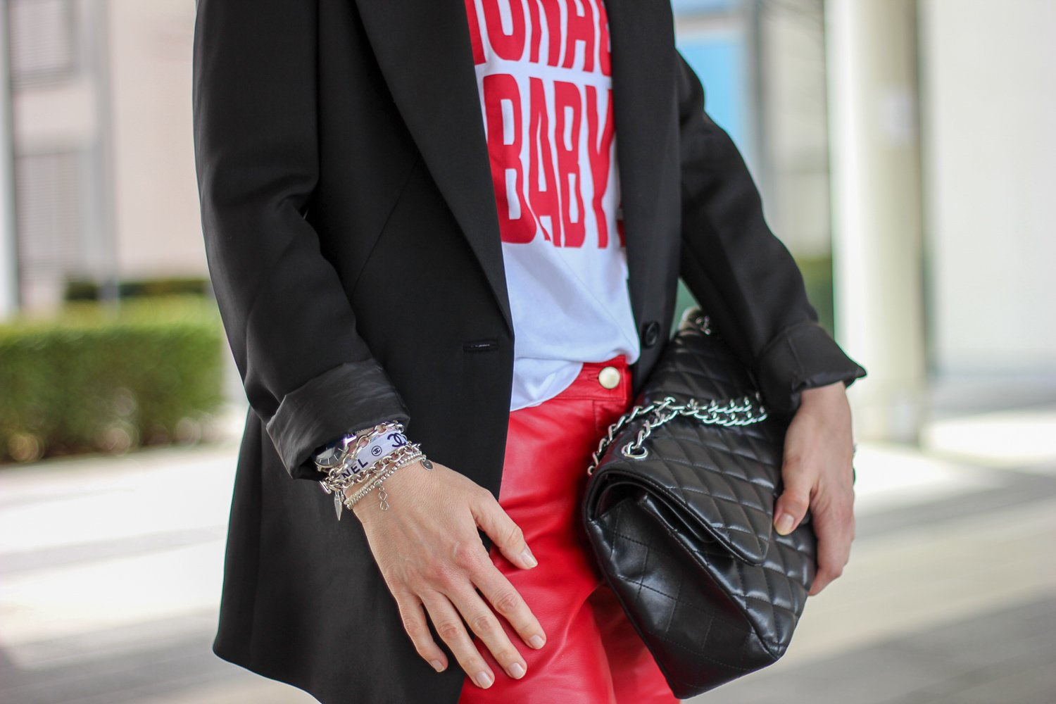 conny doll lifestyle: schwarzer longblazer, rote Lederhose, Monaco Baby, Shirt, casual Styling, Details
