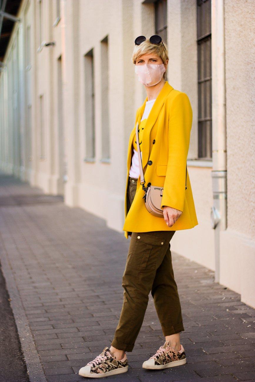 conny doll lifestyle: Maske fürs Gesicht, cargohose, gelber Blazer, casual Styling