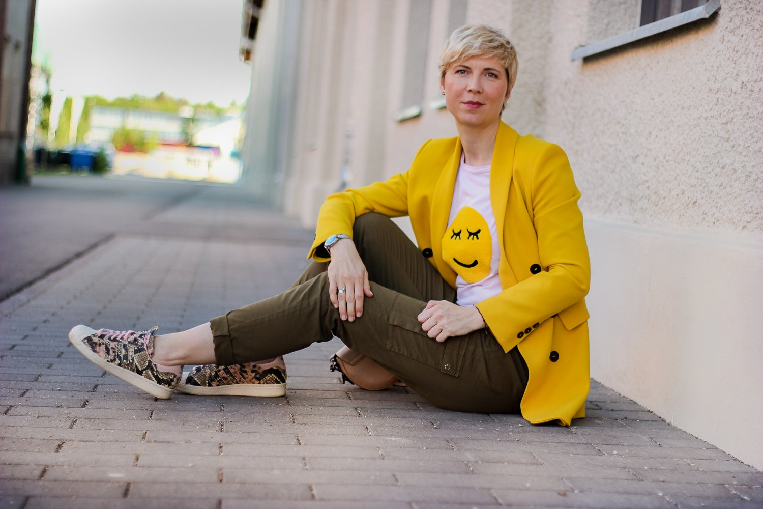 conny doll lifestyle: Smiley, Shirt, casual Styling, Cargohose, Sneaker, rosa, khaki, gelb