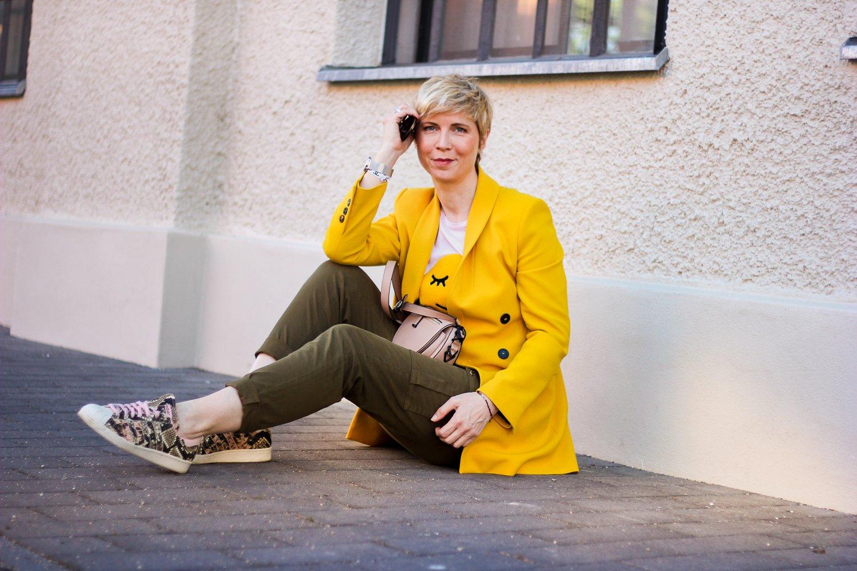 conny doll lifestyle: Gelb gegen das Stimmungstief, gelber Blazer, khaki Hose, Sneaker, casual daywear