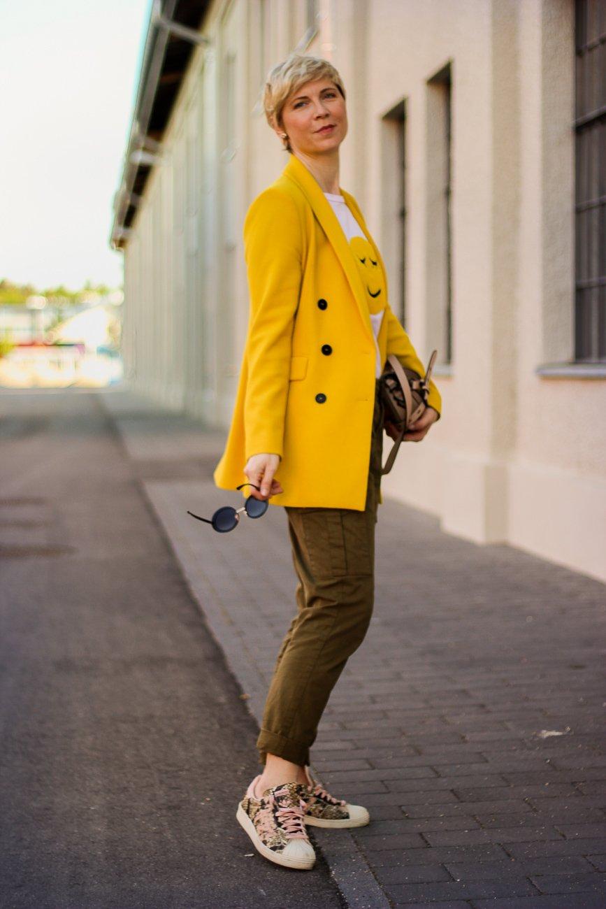 conny doll lifestyle: Smiley-Shirt kombinieren - Gelb gegen das Stimmungstief, gelber Blazer, khaki Hose, Sneaker, casual daywear