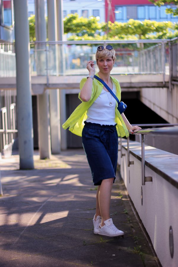 conny doll lifestyle: Sommerlook, Leinenhemd, kurze Hose, Sneaker, casual Styling