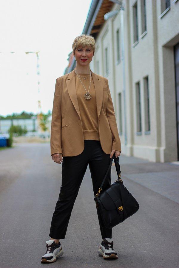 conny-doll-lifestyle: Blazer sind auch 2020 total angesagt, cognac, schwarz, Lederhose, Sneaker