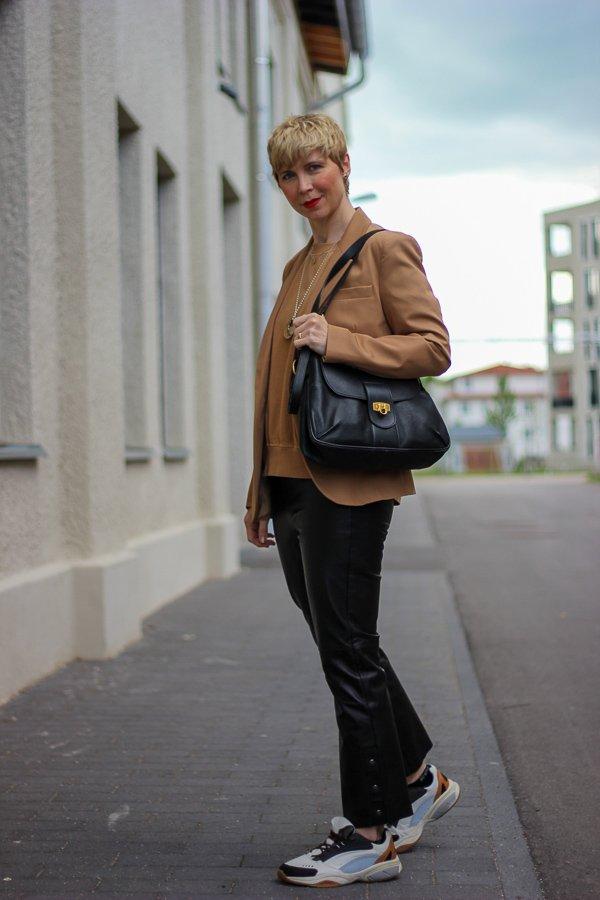 conny doll lifestyle: casual gesylt, lederhose, sneaker, cognac und schwarz