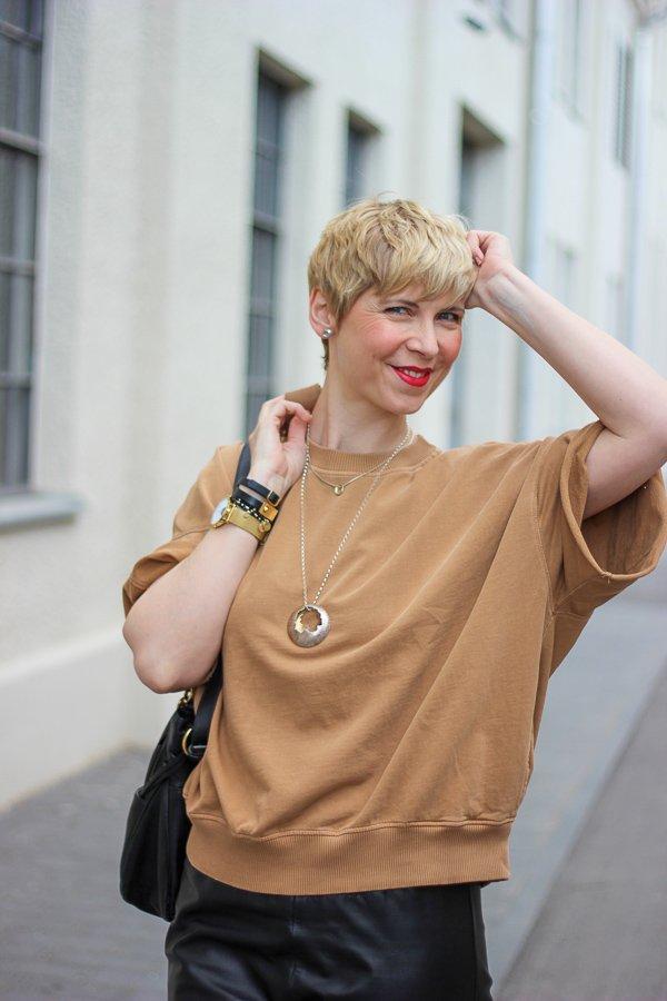 conny doll lifestyle: Lieblingsshirt, American Vintage, cognac und schwarz