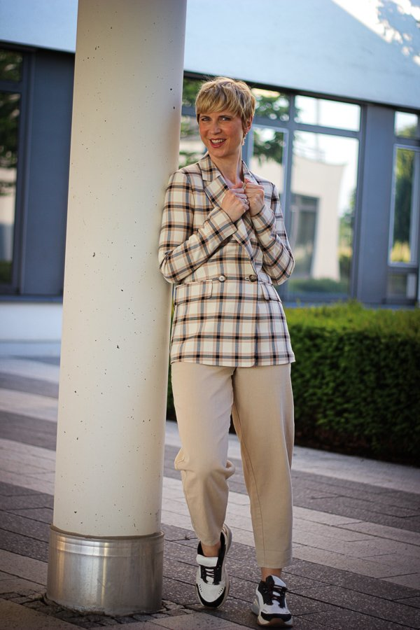 conny doll lifestyle: Blazer, highwaist Hose, Fashionblog, Stylinginspiration für beige