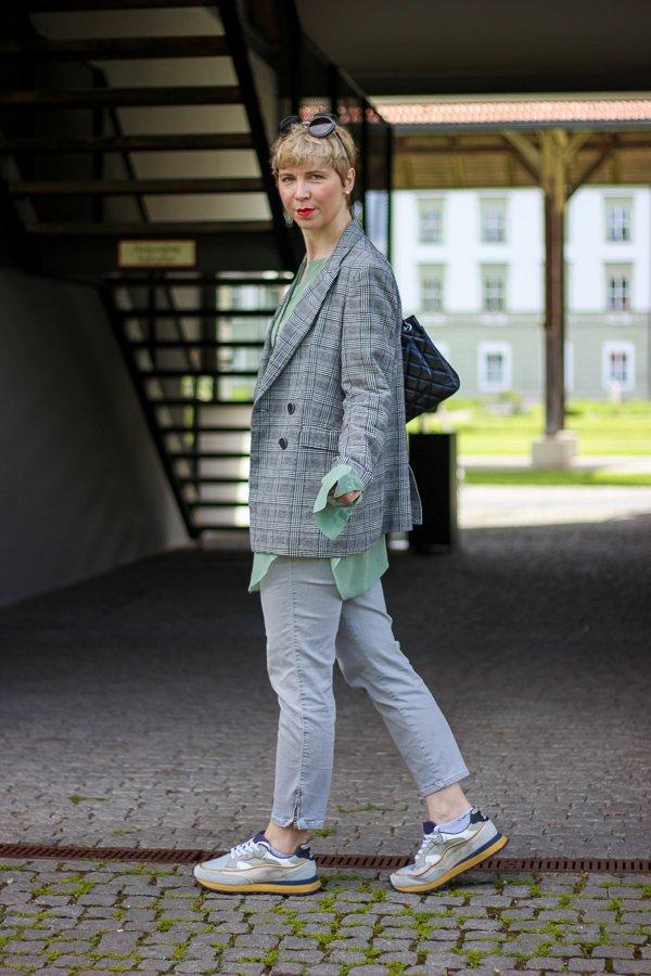 conny doll lifestyle: Glencheckblazer im Frühling, Stylinginspiration, Sneaker, grau, grün