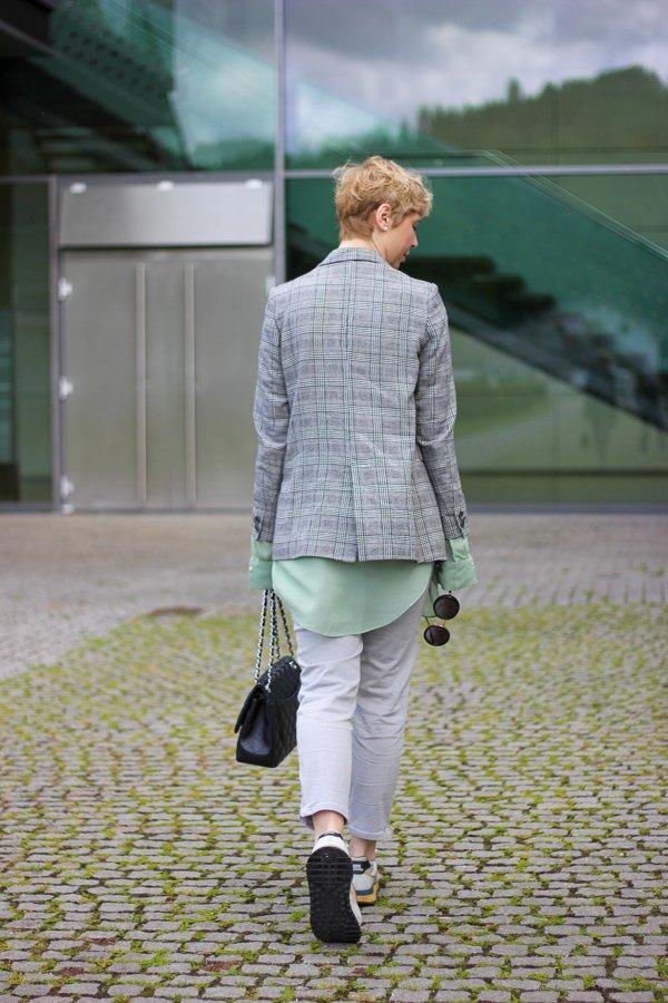 conny doll lifestyle: Glencheckblazer im Frühling, Stylinginspiration, Sneaker, grau,