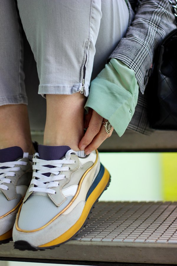 conny doll lifestyle: Stylinganregung: Grüne Seidenbluse mit Glencheckblazer, Frühlingslook, grau, Outfitinspiration, Sneaker von Hidnander