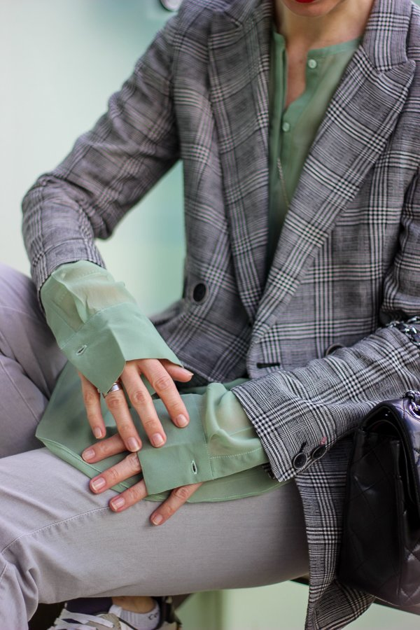 conny doll lifestyle: Stylinganregung: Grüne Seidenbluse mit Glencheckblazer, Frühlingslook, grau, Outfitinspiration