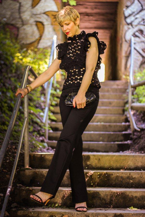 conny doll lifestyle: Styling für eine offizielle Abendveranstaltung, lange Hose, Häkeltop, black all over