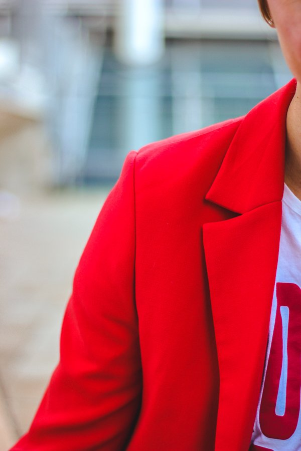 conny doll lifestyle: roter Blazer, Shirt, casual styling