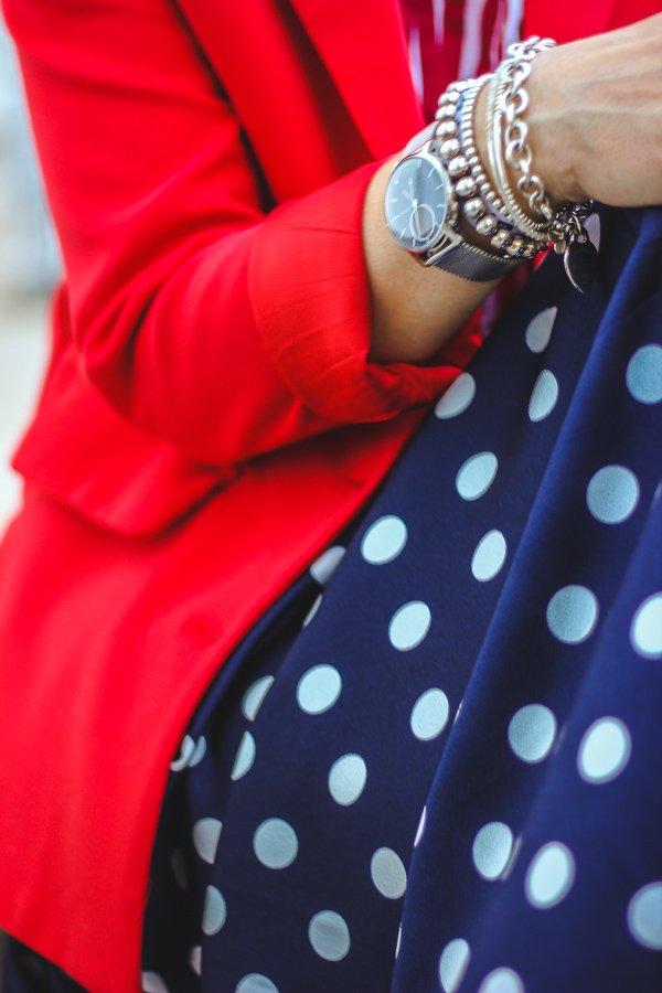 conny doll lifestyle: Schmuckdetails, Punkte, Blazer, rot und blau