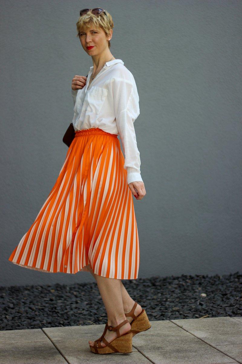 conny-doll-lifestyle: Onlinehandel - zweifarbiger Plisseerock, orange, weiße Bluse, Sommerlook