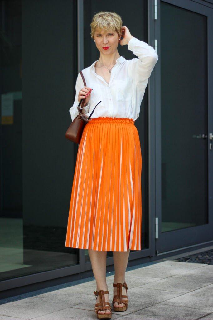 conny-doll-lifestyle: zweifarbiger Plisseerock, orange, weiße Bluse, Sommerlook