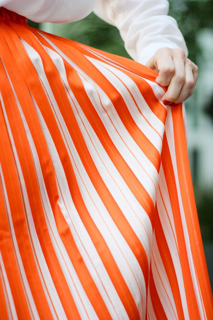 conny-doll-lifestyle: Preisvergleich im Onlinehandel - zweifarbiger Plisseerock, orange, weiße Bluse, Sommerlook