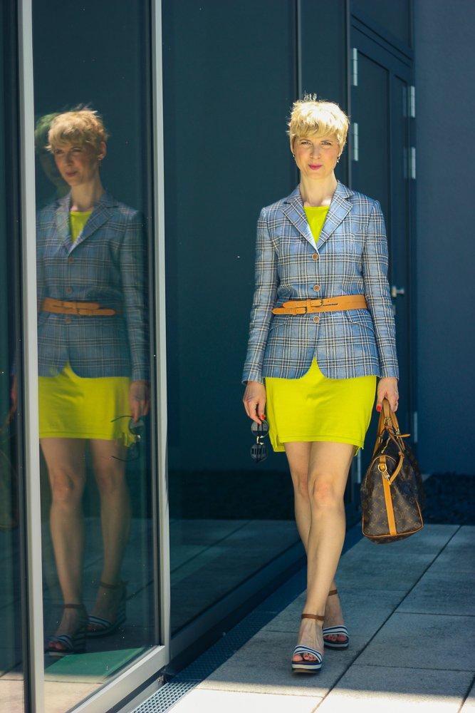conny doll lifestyle: Outfitidee von Personal-Stylistin Nicola Hahn, Neongelbes Kleid mit kartiertem Blazer
