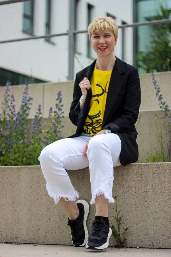 conny doll lifestyle: Woodstock Shirt, Peanuts, schwarz-weiß, weiße Jeans, Sneaker, gelbes Shirt, Sommerlook, schwarzer Blazer