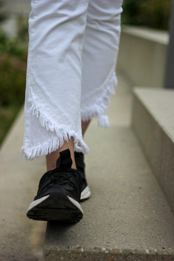 conny doll lifestyle: Woodstock Shirt, Peanuts, schwarz-weiß, weiße Jeans, Sneaker, gelbes Shirt, Sommerlook, schwarzer Blazer, Details