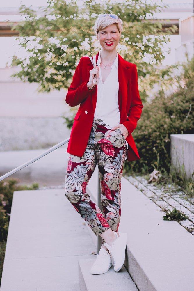 conny-doll-lifestyle: Fragen zu meiner Corona-Erkrankung, ein bunter Look mit Blumenhose und rotem Blazer