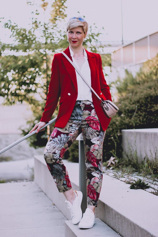 conny doll lifestyle: Outfit, Blumenhose, rot, roter Blazer, Spitzenbluse, Sneaker, easy-chic