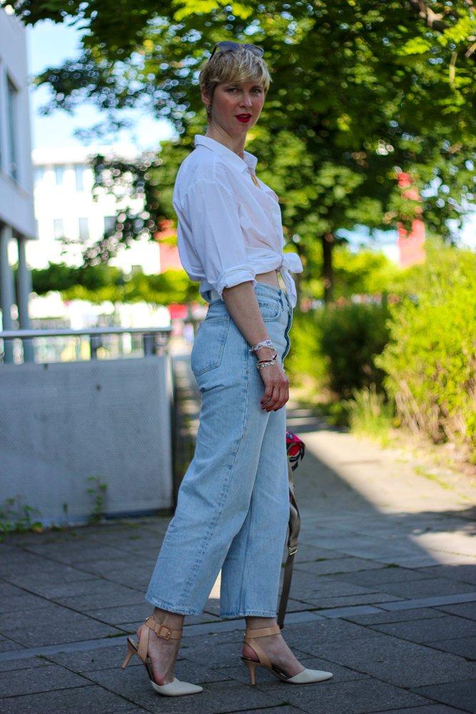 conny doll lifestyle: highwaist denim, mango, weiße Bluse, Knotenbluse, kurzes Top, Sommerlook
