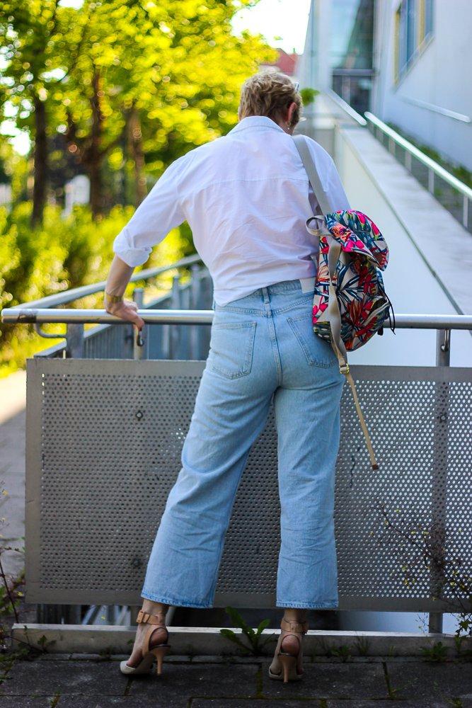 conny doll lifestyle: Highwaist zaubert einen schönen Po, weiße Bluse, Knotenbluse