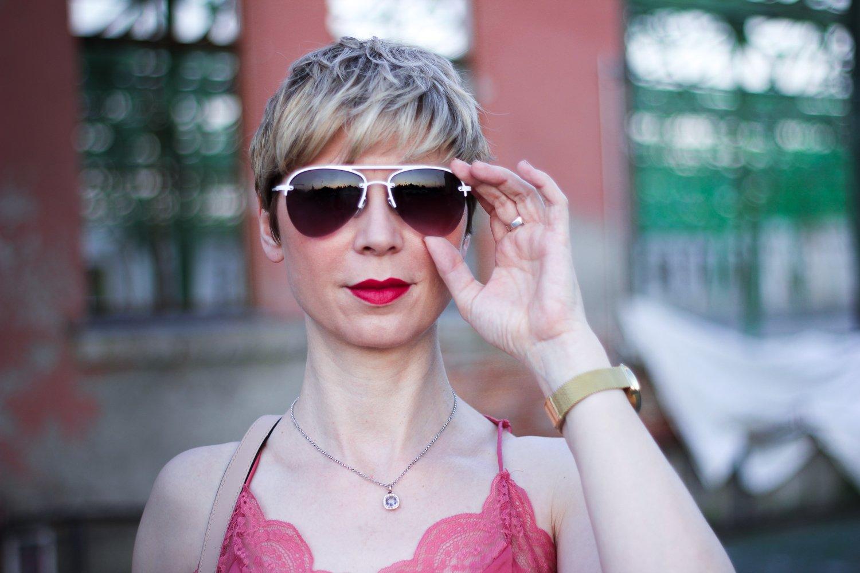 conny doll lifestyle: Spitzentop, Sonnenbrille, kurze Haare, Sommerlook