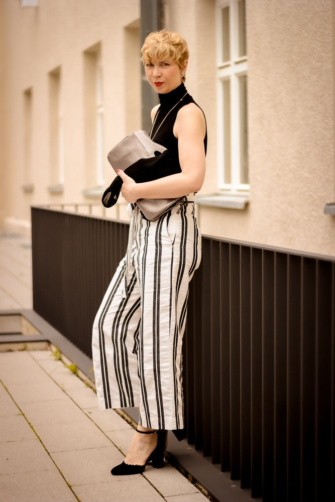 conny doll lifestyle: paperbaghose, schwarz-weiß, Rollkragenshirt, Sommerlook
