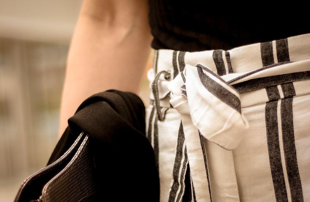conny doll lifestyle: paperbaghose, schwarz-weiß, Rollkragen-Shirt, Sommerlook,