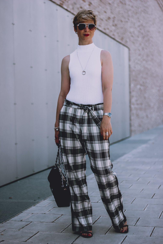 conny doll lifestyle: schwarz-weiß, Karohose, Übergangslook, weißes Shirt,