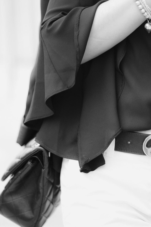 conny doll lifestyle: details, trompetenärmel, bluse, schwarz-weiss