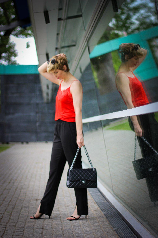 conny doll lifestyle: Hose mit Schlitz am Bein - ein Trend der letzten Sommersaison, rotes Spitzentop, Joggingstyle