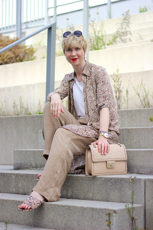 conny doll lifestyle: Loungewear schick gestylt fürs Büro und den Urlaub zu Hause, Details, Snakeprint, Anine Bing Kleid,