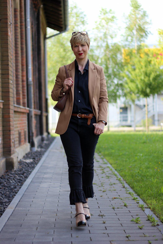 conny doll lifestyle: lässiger Look in schwarz und braun, Businesslook, sportlich