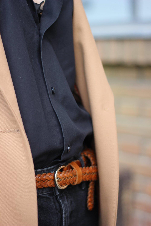 conny doll lifestyle: Details, Blazer, schwarze Hose, braun, lässig gestylt, Männerhemd