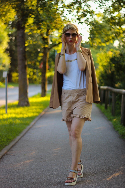 conny doll lifestyle: Shorts im Job - Ton in Ton mit Blazer kombiniert