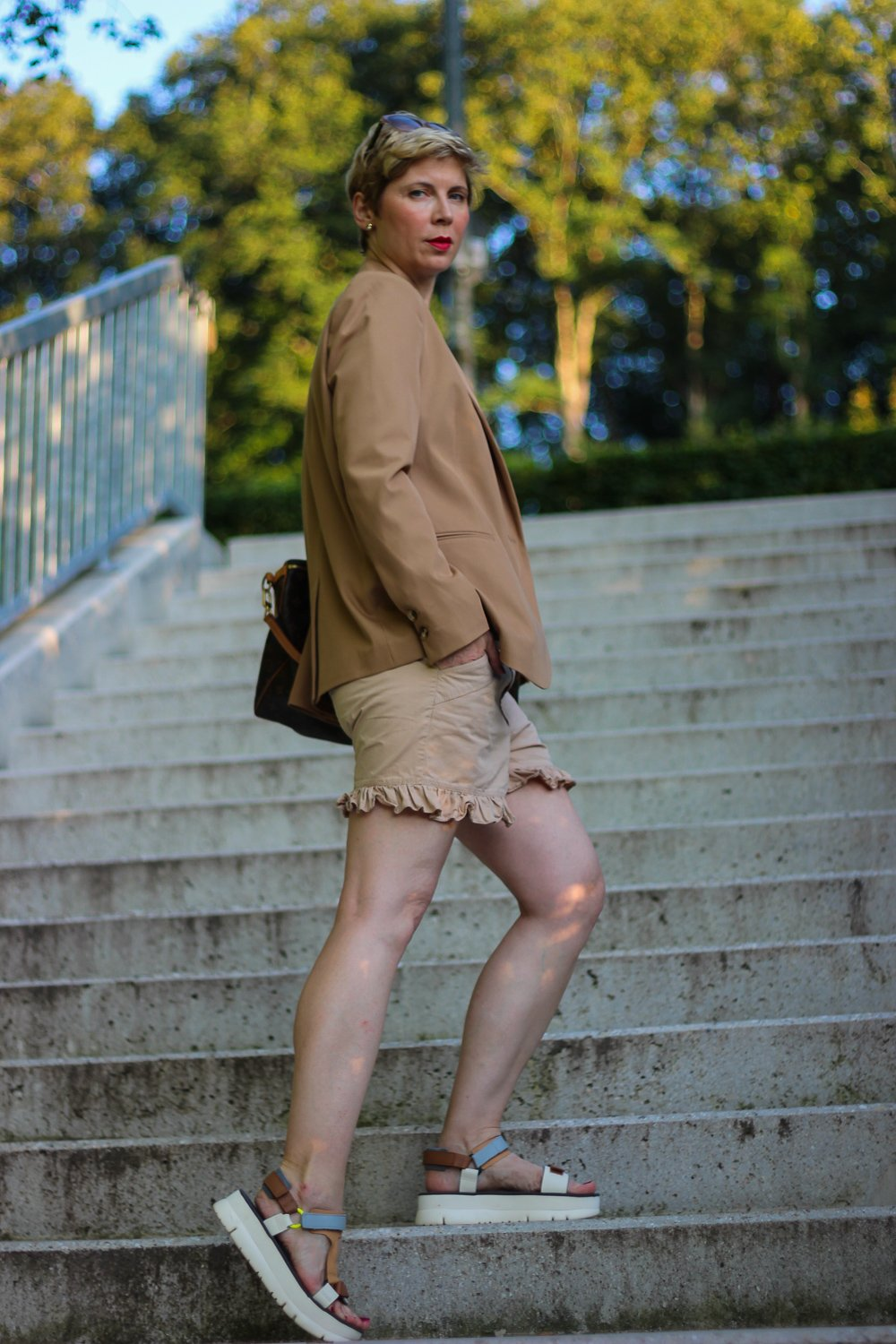 conny doll lifestyle: Sommerlook mit Blazer, bequeme Sandalen, Ton in Ton