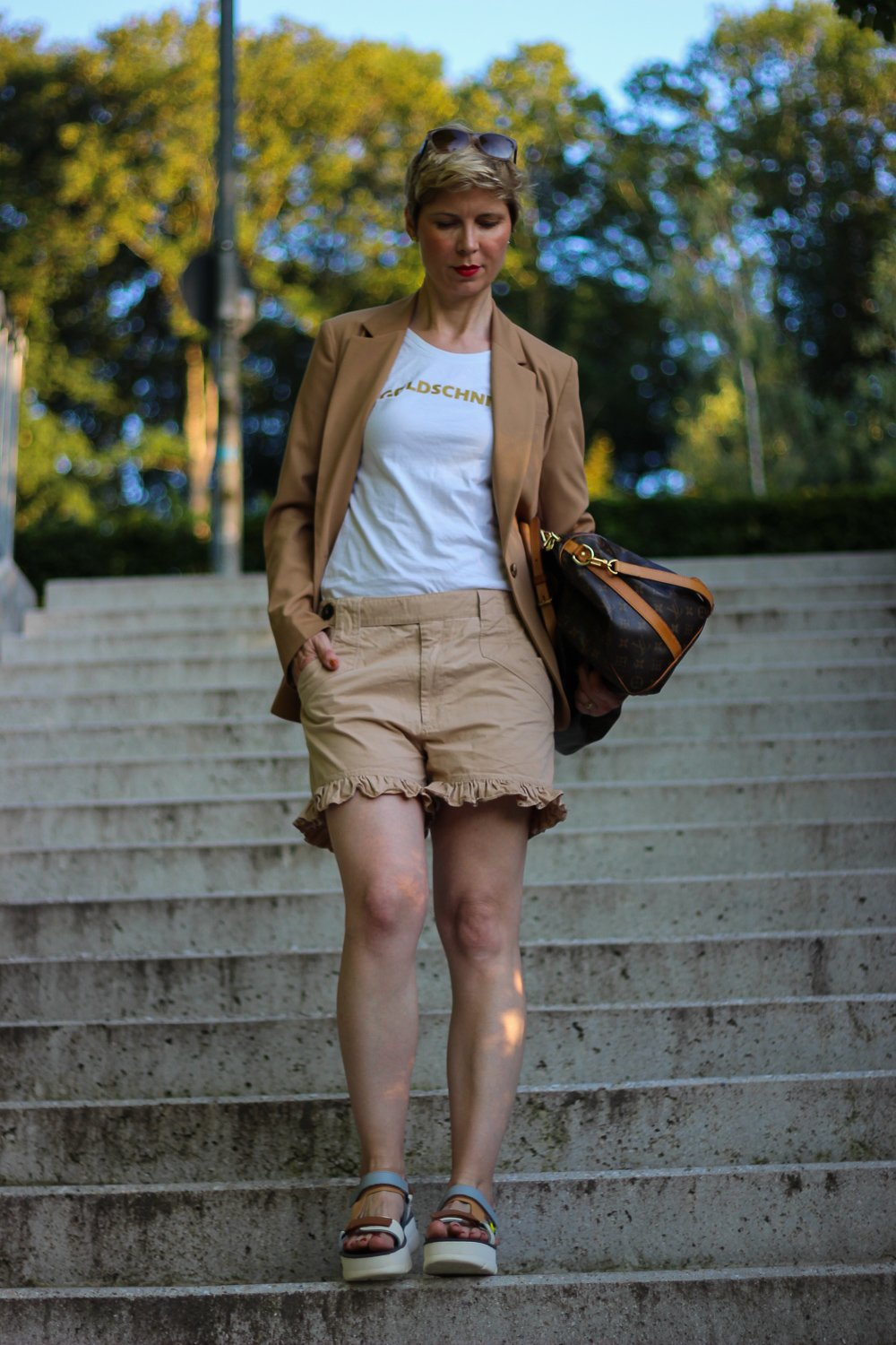 conny doll lifestyle: Shorts im Job - Ton in Ton mit Blazer kombiniert