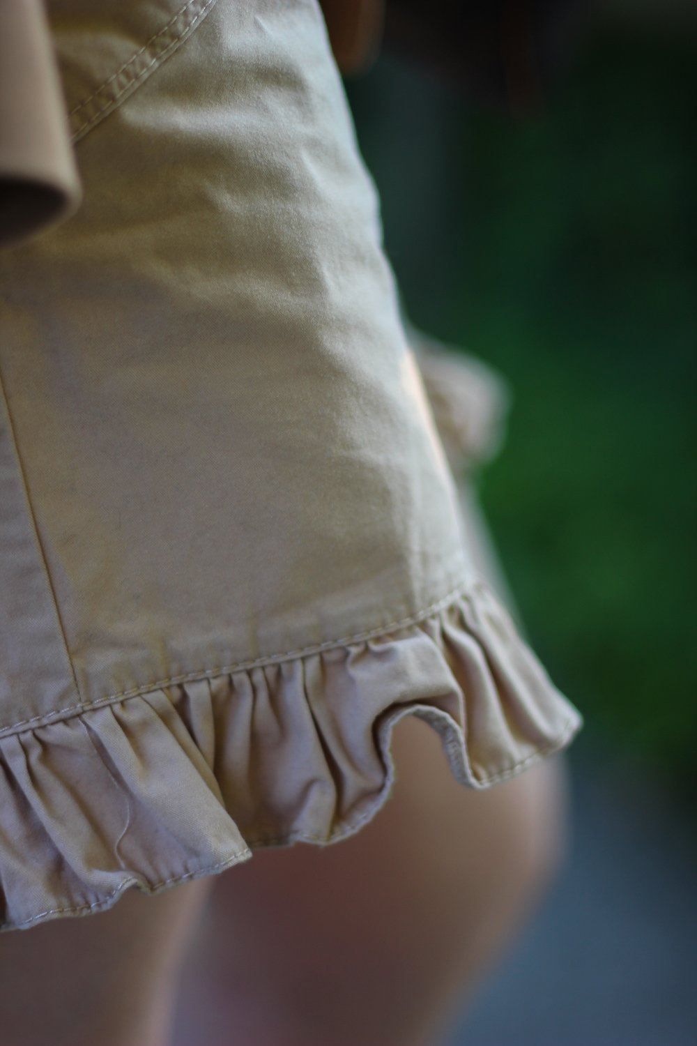 conny doll lifestyle: Rüschen, Shorts, Ganni, beige, Sommerlook