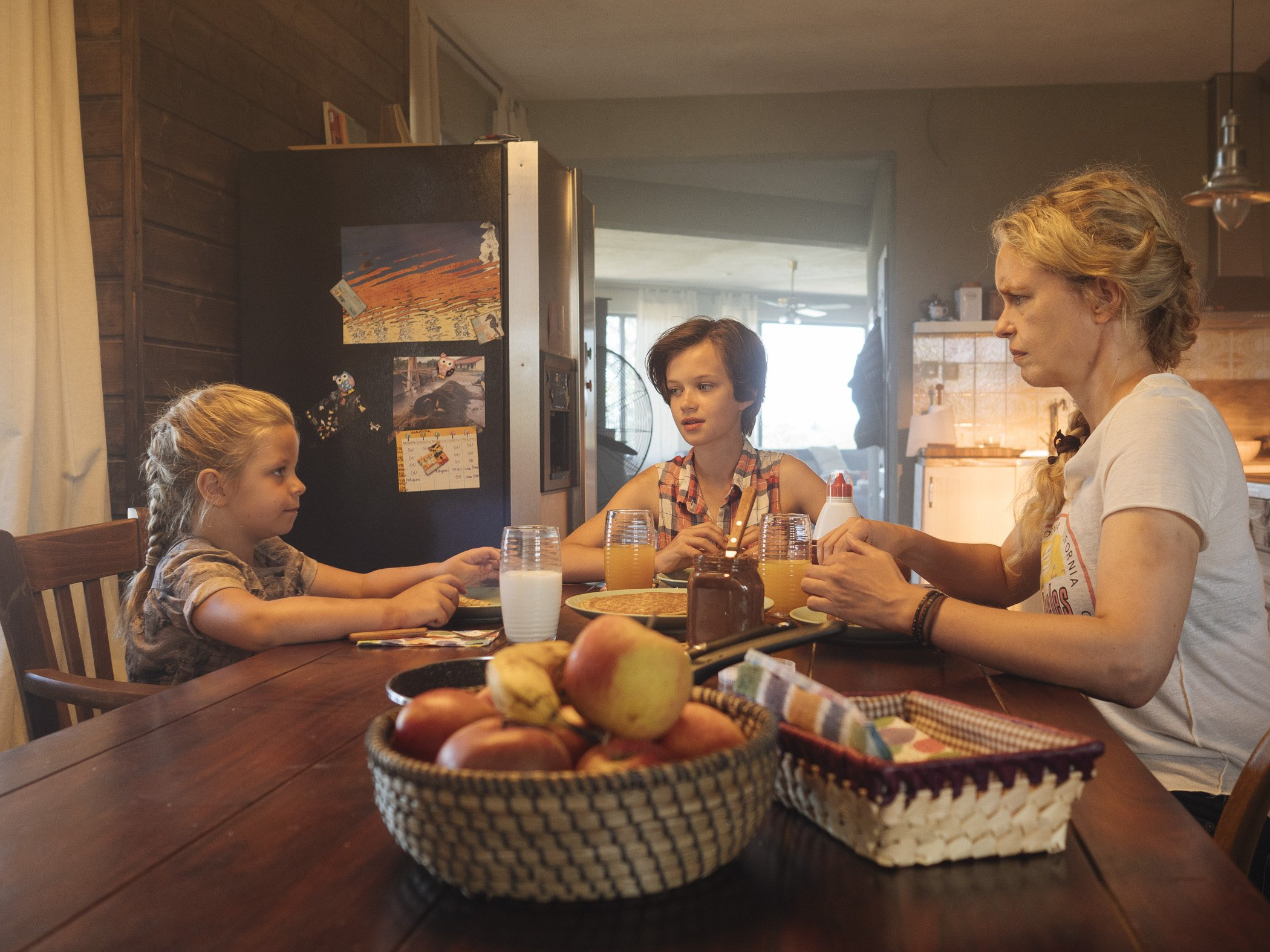 Szenenbild Nina Hoss mit Katerina Lipovska, Wiebke und Raya,D