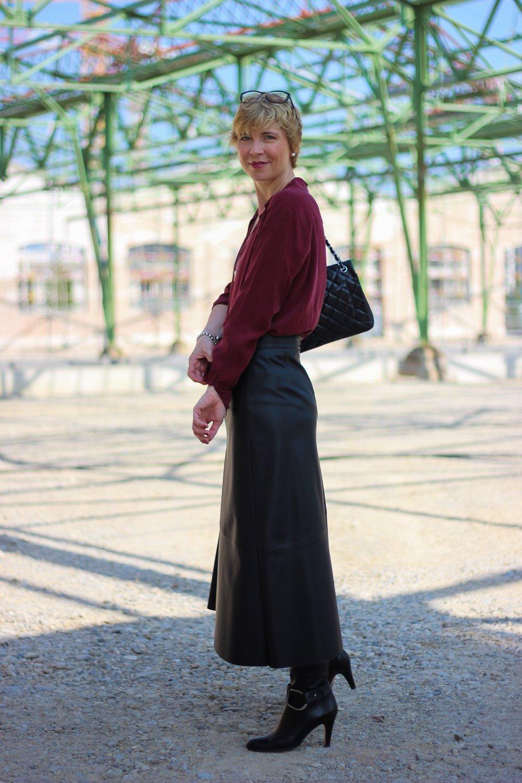 conny-doll-lifestyle: Herbstlook mit Fakeleder - Midirock mit Stiefel elegant gestylt